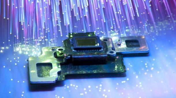 Průlom ve fotonice: snadná výroba CPU s optickými spoji